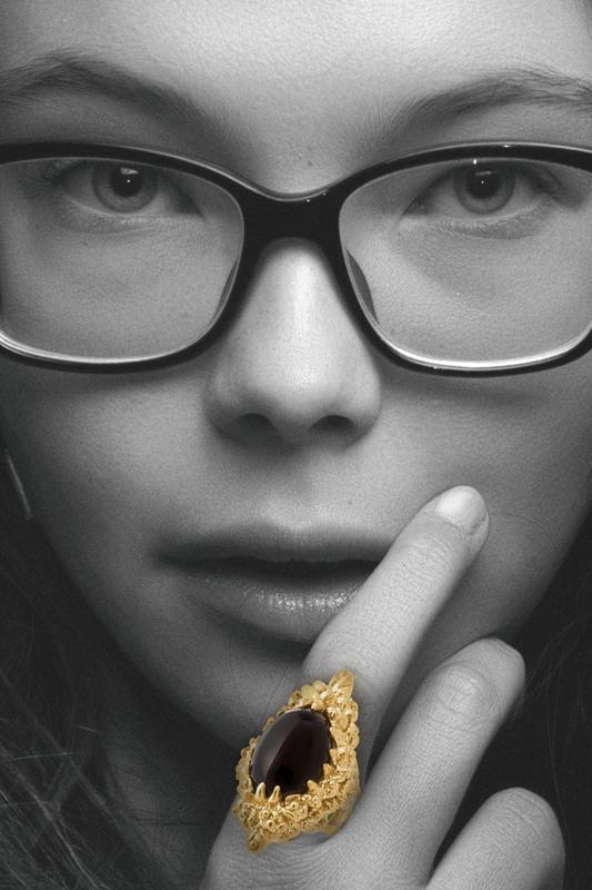 chica con anillo de oro y piedra preciosa