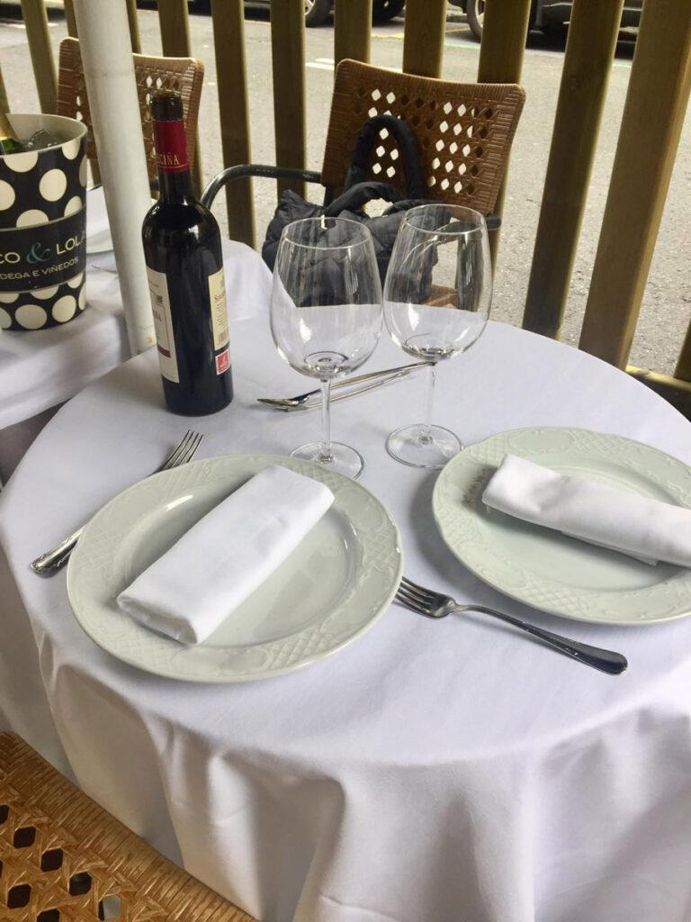 Terraza de Sukalde con mesa puesta