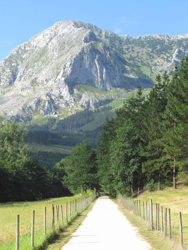 via verde ferrocarril anboto valle atxondo