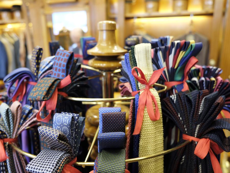 Denis Bilbao y sus corbatas de colores