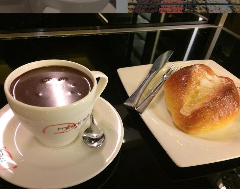 Bollos mantequilla y taza de chocolate