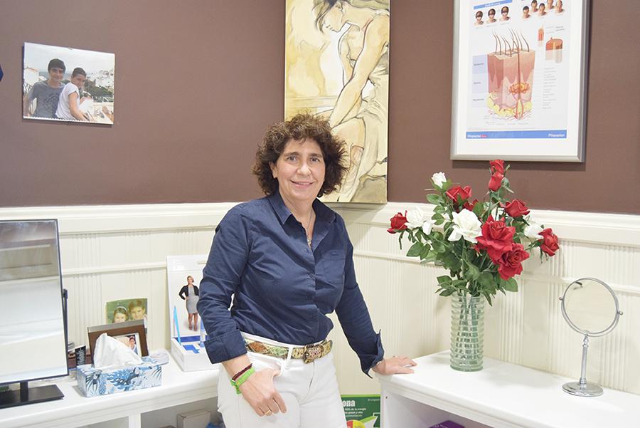 Doctora Margarita Esteban en su consulta de cirugía